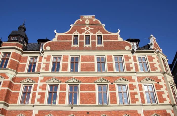Äldre skolbyggnad sett underifrån